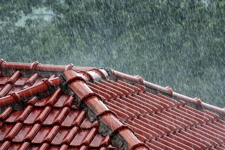 Toiture sous la pluie