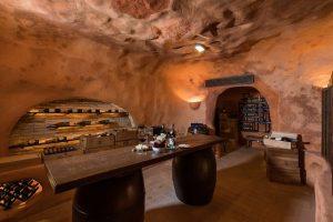 cave à vin avec des porte-bouteilles