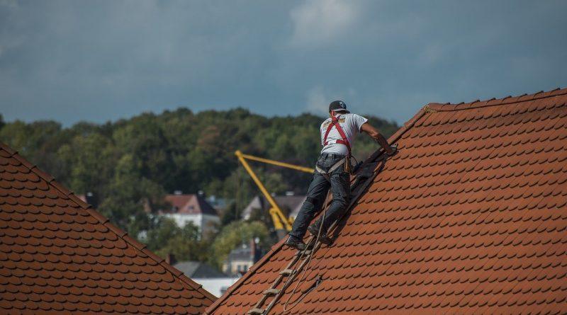Refaire sa toiture : quels sont les avantages de recourir à un couvreur professionnel ?